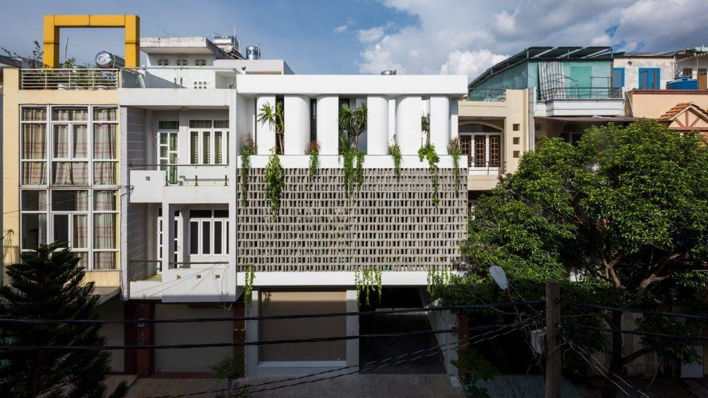 Ngôi nhà tại TP HCM được thiết kế và xây dựng 3 tầng nhiều cây xanh, không gian bên ngoài được phủ kín bằng gạch cong.