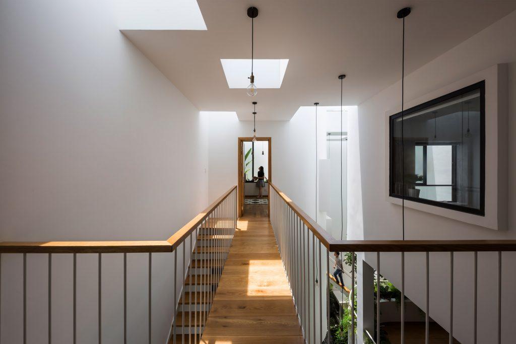 Tầng trên là không gian sinh hoạt và ăn uống, phía mặt tiền của ngôi nhà là phòng ngủ dành cho gia đình. Một phòng ngủ và góc học tập cho cô con gái được đặt ở phía sau.