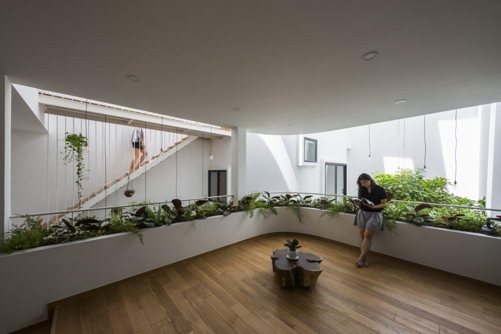 Một không gian sinh hoạt chung trong ngôi nhà với diện tích rộng rãi. Có thể thấy mọi khu vực đều được liên kết bằng cửa sổ và những cây cầu gỗ mỏng, tạo nên sự gắn kết.