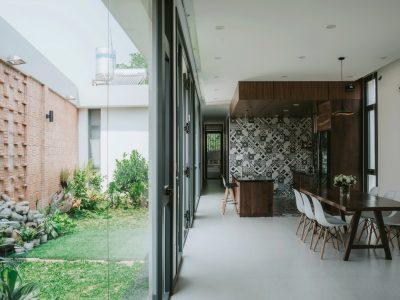 Mảnh vườn xanh nhà phố trệt (nhà ở cấp 4) tạo cân đối cho mảnh đất méo, đồng thời là lá phổi xanh đem ánh sáng đến không gian nội thất bên trong nhà